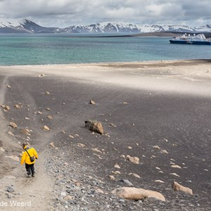 2017-01-04 - Vanaf Neptunes Window weer omlaag richting onze boot<br/>Whaler's Bay - Deception Island - Antarctica<br/>Canon EOS 5D Mark III - 35 mm - f/8.0, 1/160 sec, ISO 400