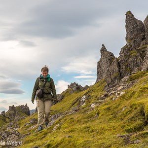 2016-10-16 - Carin tussen de rotsen<br/>Old Man of Storr - Trotternish - Schotland<br/>Canon EOS 5D Mark III - 51 mm - f/8.0, 1/125 sec, ISO 200