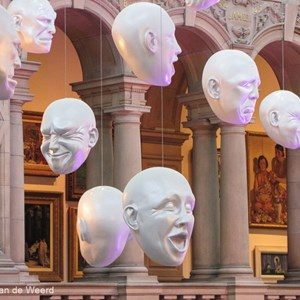 2016-10-22 - Floating Heads - door Sophie Cave<br/>Kelvingrove Art Gallery and Muse - Glasgow - Schotland<br/>Canon PowerShot SX1 IS - 24.5 mm - f/4.5, 1/6 sec, ISO 400