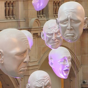 2016-10-22 - Floating Heads - door Sophie Cave<br/>Kelvingrove Art Gallery and Muse - Glasgow - Schotland<br/>Canon PowerShot SX1 IS - 41.4 mm - f/5.0, 1/6 sec, ISO 400