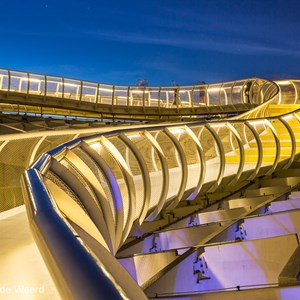 2017-05-06 - Metropol Parasol - follow the walkway in the evening<br/>Metropol Parasol - Sevilla - Spanje<br/>Canon EOS 5D Mark III - 35 mm - f/8.0, 15 sec, ISO 200