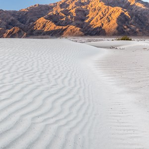 2014-07-25 - Contrast tussen wit zand en rode rotsen<br/>Death Valley National Park - Verenigde Staten<br/>Canon EOS 5D Mark III - 38 mm - f/8.0, 0.04 sec, ISO 400