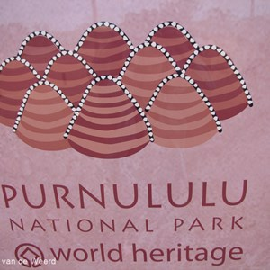 2011-07-18 - Mooi logo van het nationale park<br/>Pernululu National Park (Bungle  - Australië<br/>Canon PowerShot SX1 IS - 5 mm - f/3.2, 1/60 sec, ISO 80