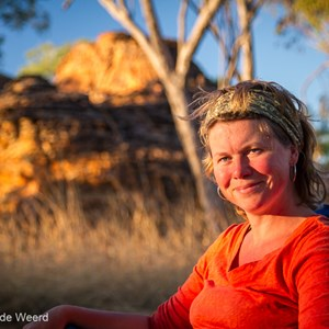 2011-07-23 - Carin in het avondzonnetje<br/>Gurrandalng Campground - Keep River National Park - Australië<br/>Canon EOS 7D - 67 mm - f/4.0, 1/125 sec, ISO 200