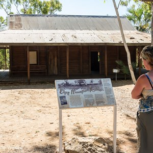 2011-07-25 - Elsey Homestead replica<br/>Mataranka Homestead Resort - Elsey National Park - Australië<br/>Canon EOS 7D - 24 mm - f/8.0, 1/80 sec, ISO 200
