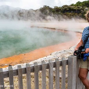 2018-11-27 - Carin voor de Champagne Pool<br/>Wai-O-Tapu - Champagnepool - Rotorua - Nieuw-Zeeland<br/>Canon EOS 5D Mark III - 36 mm - f/11.0, 1/80 sec, ISO 200