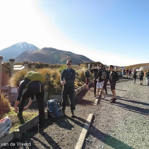 2018-11-28 - Zonnige start van de Tongariro Alpine Crossing<br/>Tongariro Alpine Crossing - Tongariro National Park - Nieuw-Zeeland<br/>Canon PowerShot SX60 HS - 3.8 mm - f/4.0, 1/500 sec, ISO 100