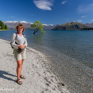 2018-12-07 - Carin was er ook :-)<br/>That Wanaka Tree (Lake Wanaka) - Wanaka - Nieuw-Zeeland<br/>Canon EOS 5D Mark III - 24 mm - f/11.0, 0.01 sec, ISO 200